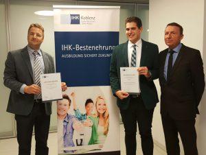 Ausgezeichnet für hervorragende Prüfungsleistungen: Toni Rabago-Casas (Mitte) freut sich gemeinsam mit Stefan Klöckner und Gerd Becker, beide Goerg & Schneider GmbH u. Co. KG, über die Ehrung.
